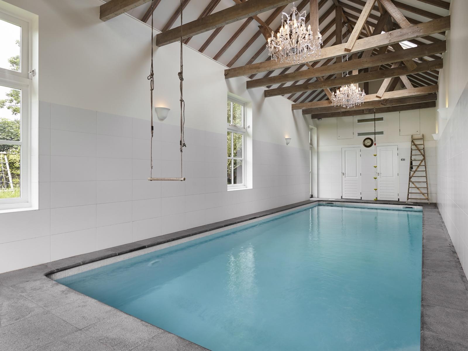 Binnenzwembad in een oude schuur