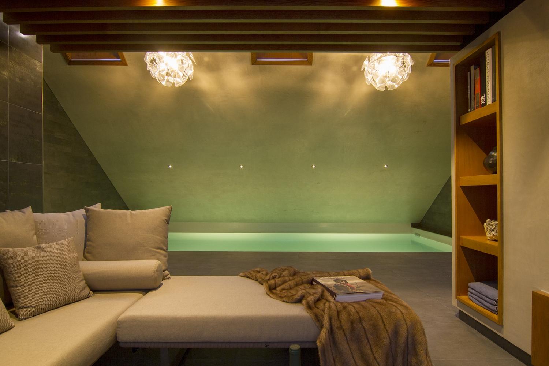 Bouwkundig zwembad met lounge en styling