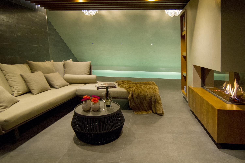 Bouwkundig binnenzwembad met openhaard en lounge