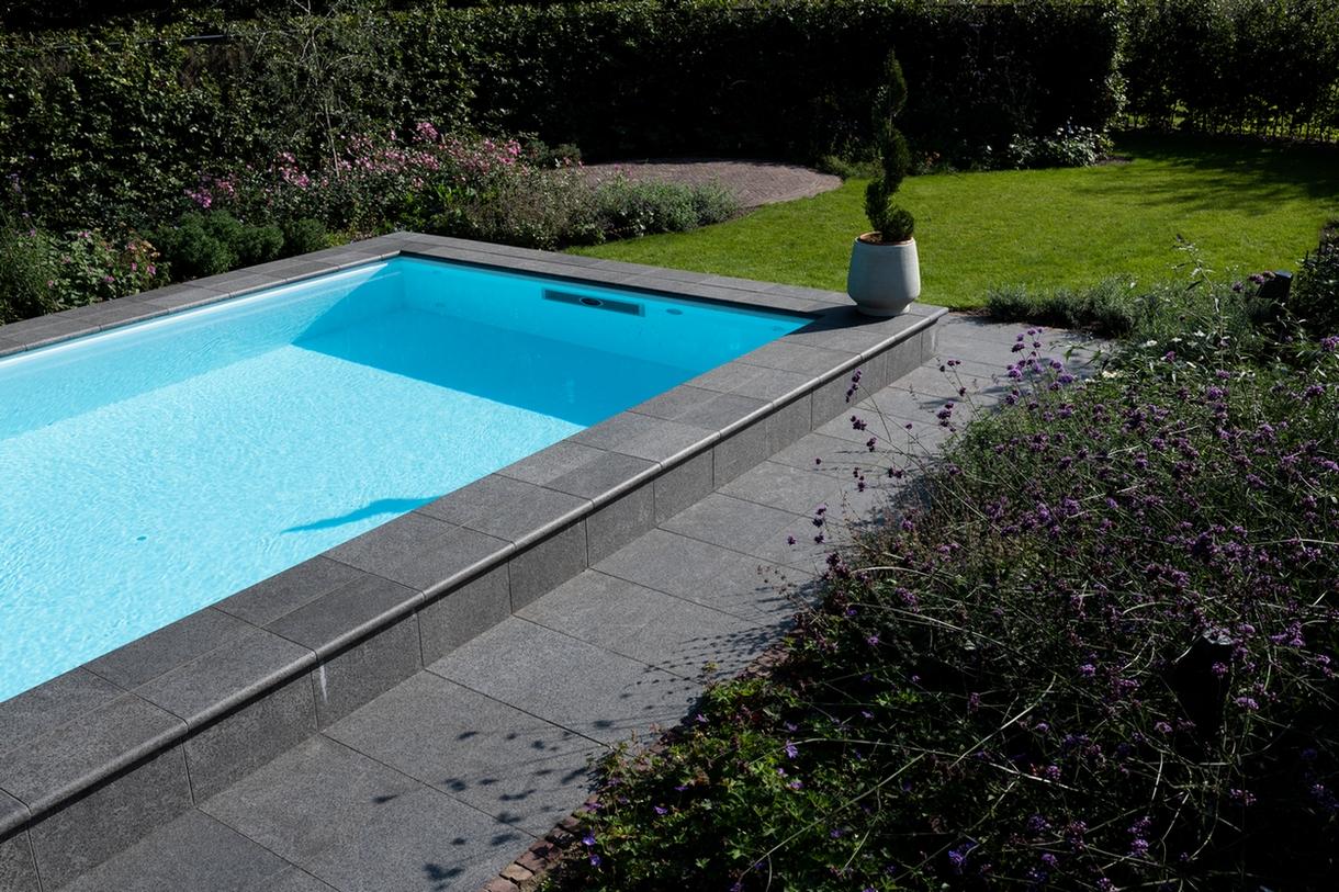 Maatwerk zwembad met jacuzzi in een ruimte tuin
