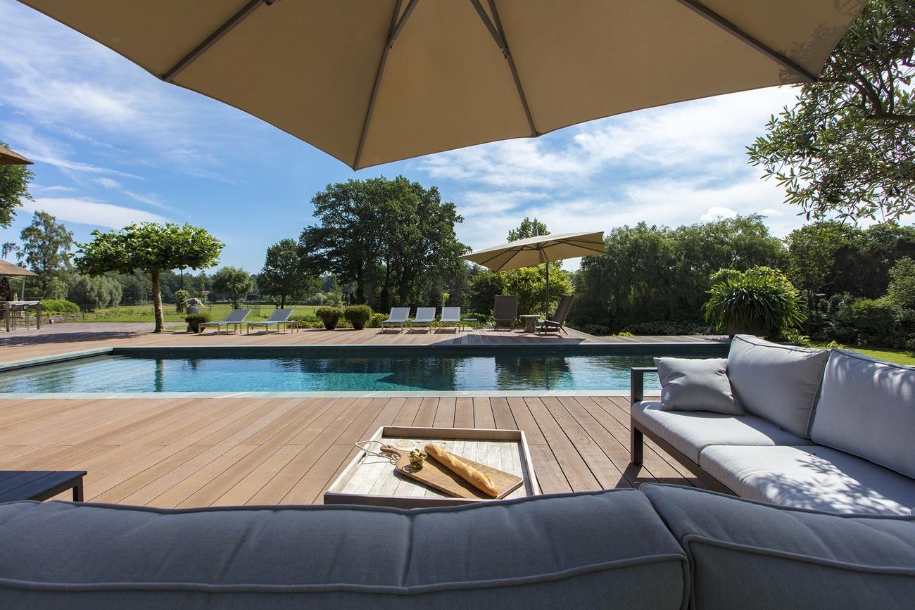 Heerlijke lounge met hapje en drankje en uitzicht op het overloopzwembad