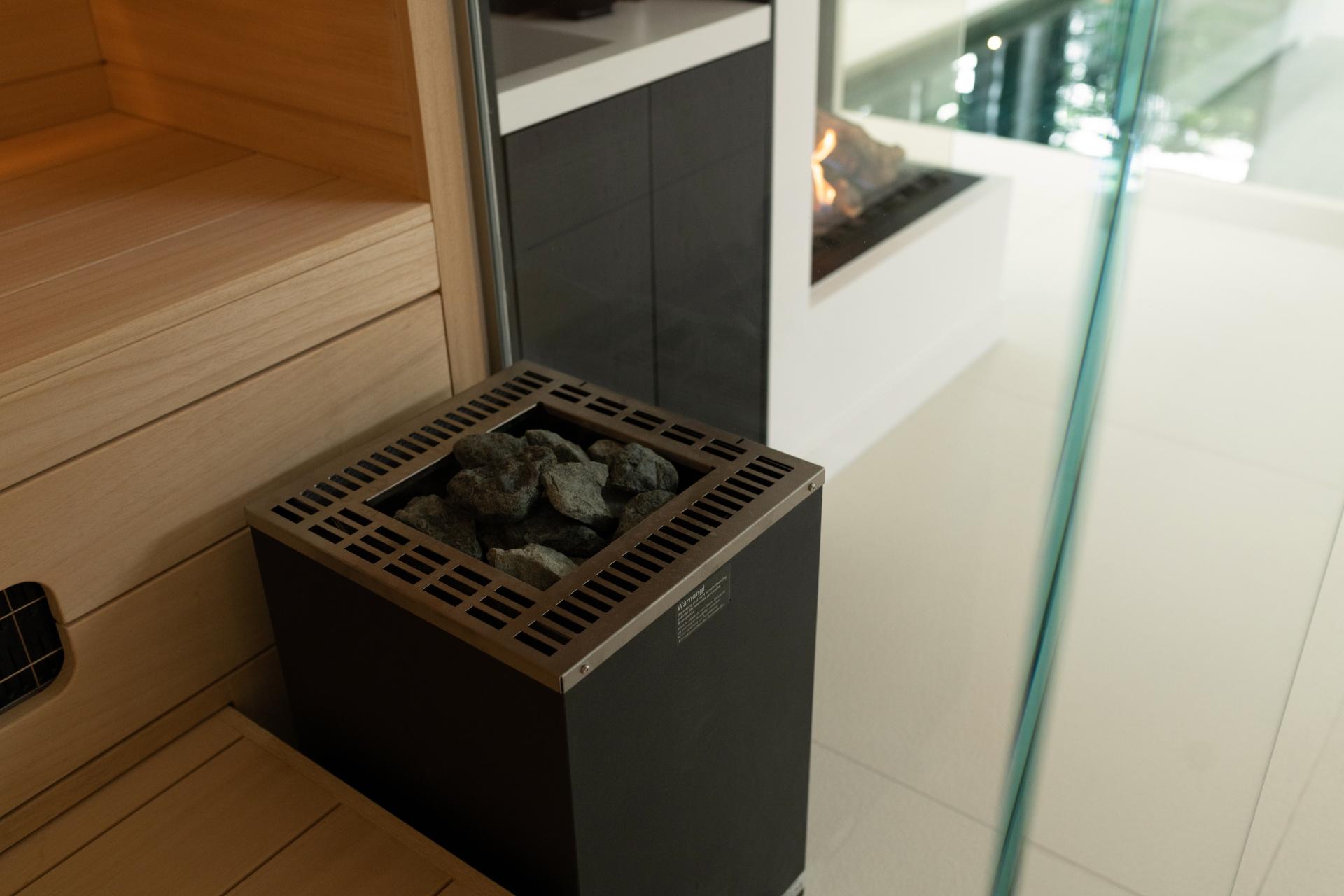 Finse sauna kachel met glaswand in wellnessruimte