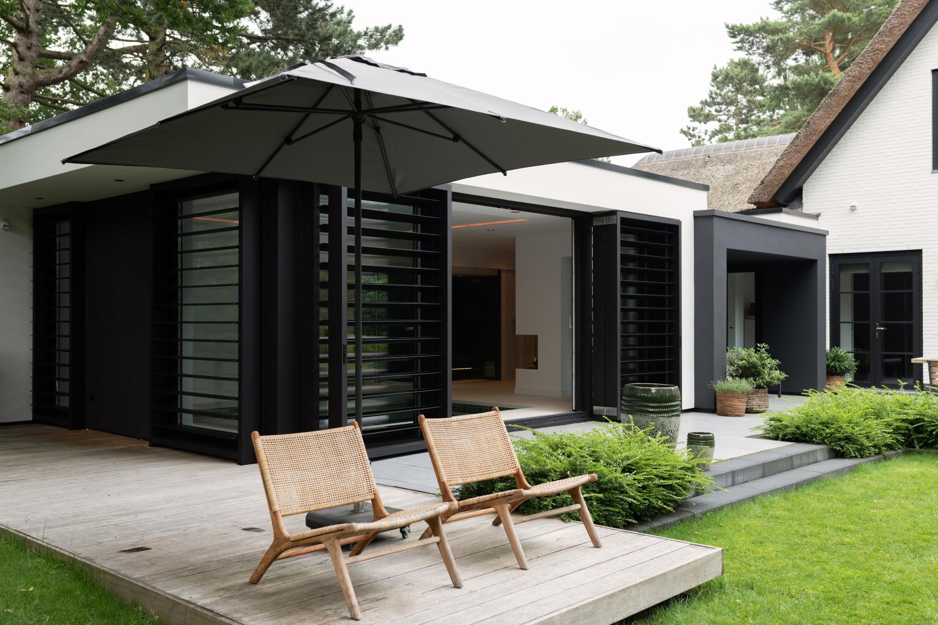 Aanbouw met luxe wellnessruimte zwart modern