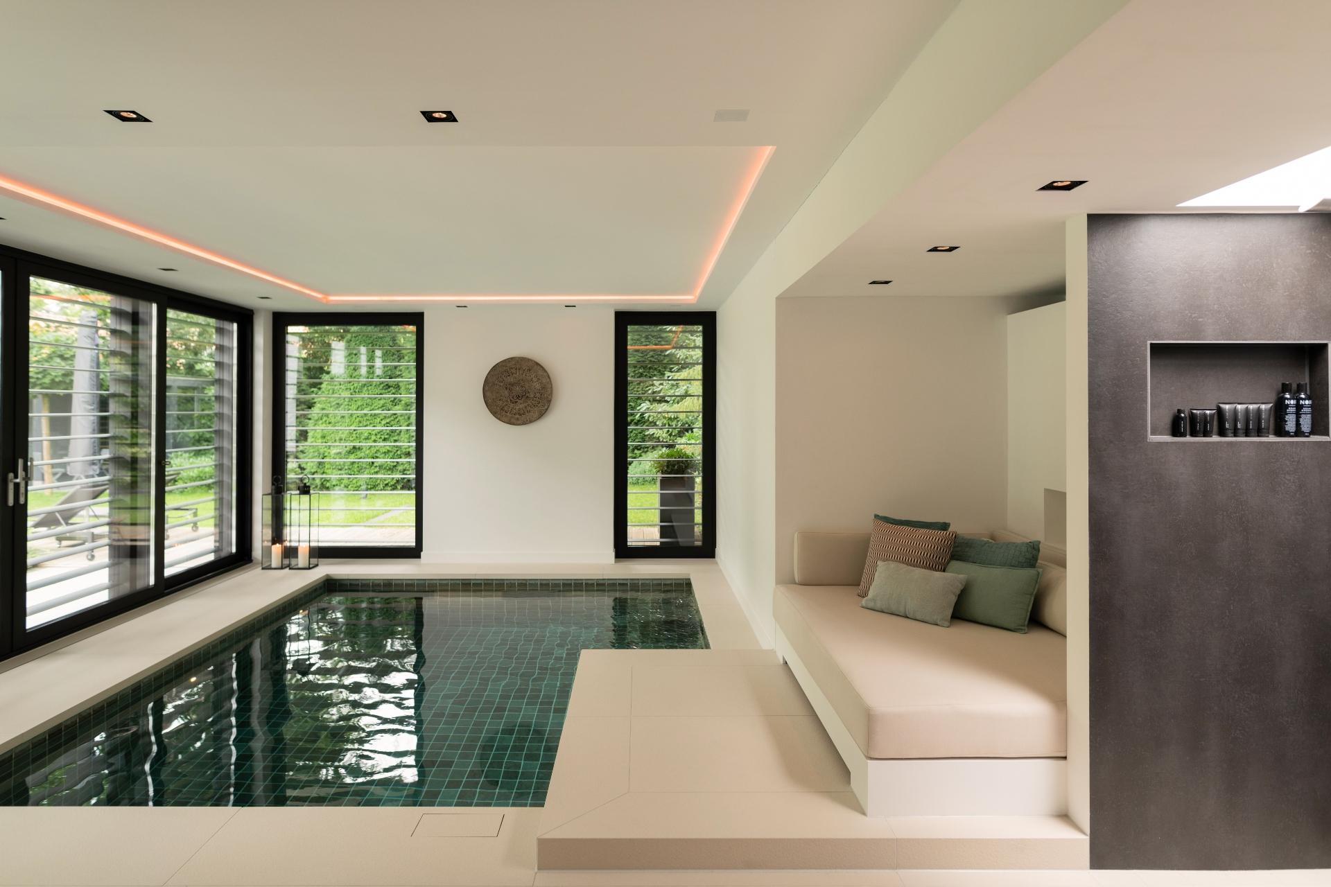 Moderne luxe wellnessruimte met een lounge en een bouwkundig zwembad