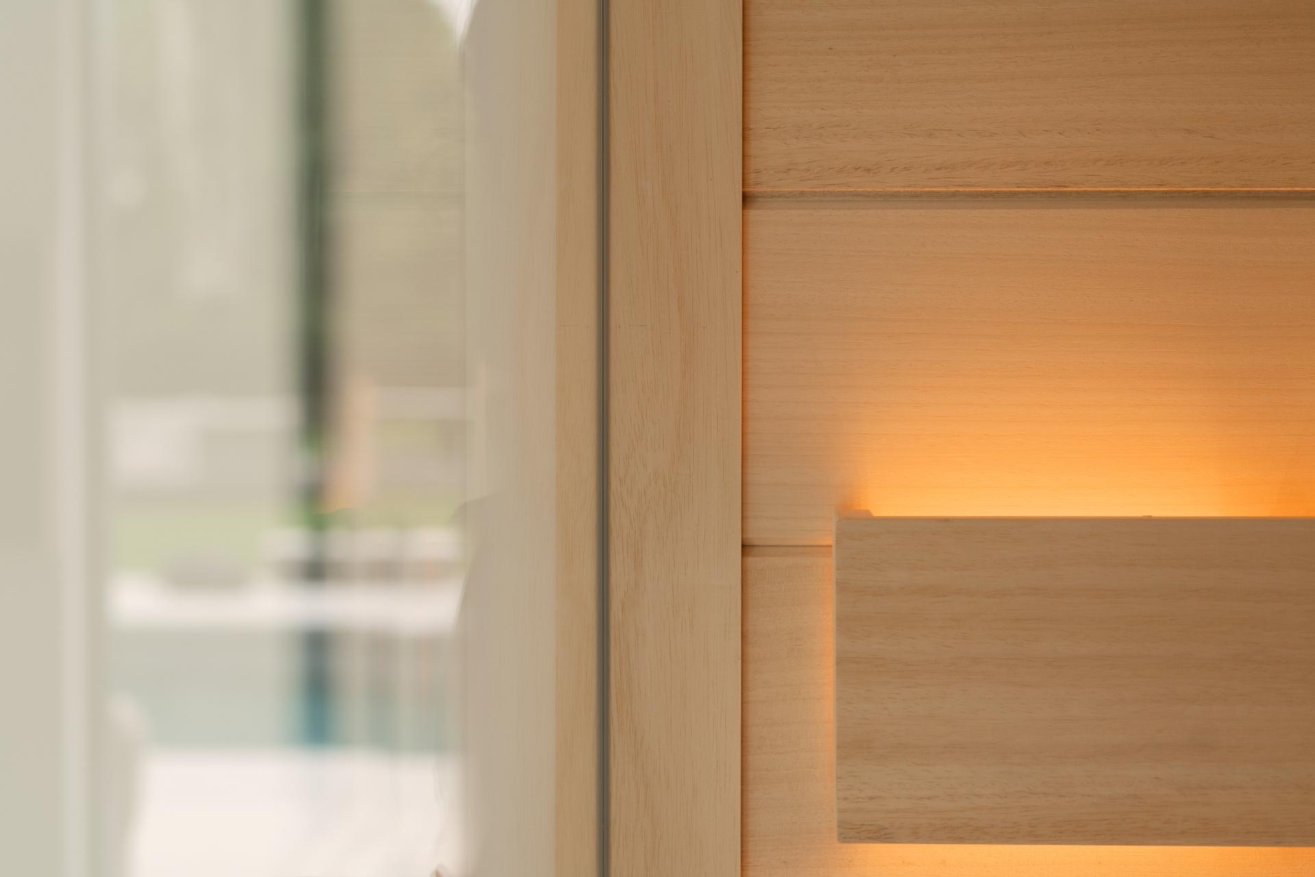 Maatwerk sauna met lichtstrip achter hoofdsteun
