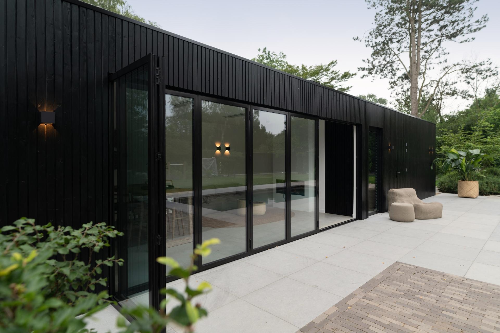 Poolhouse van Bronkhorst zwart met sauna