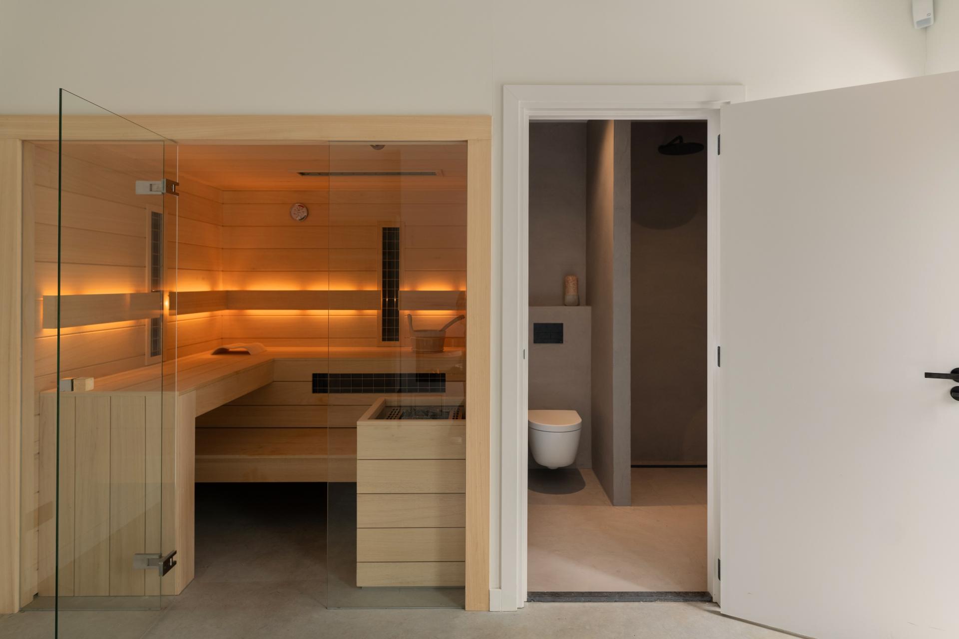Maatwerk sauna ingebouwd met badkamer in poolhouse