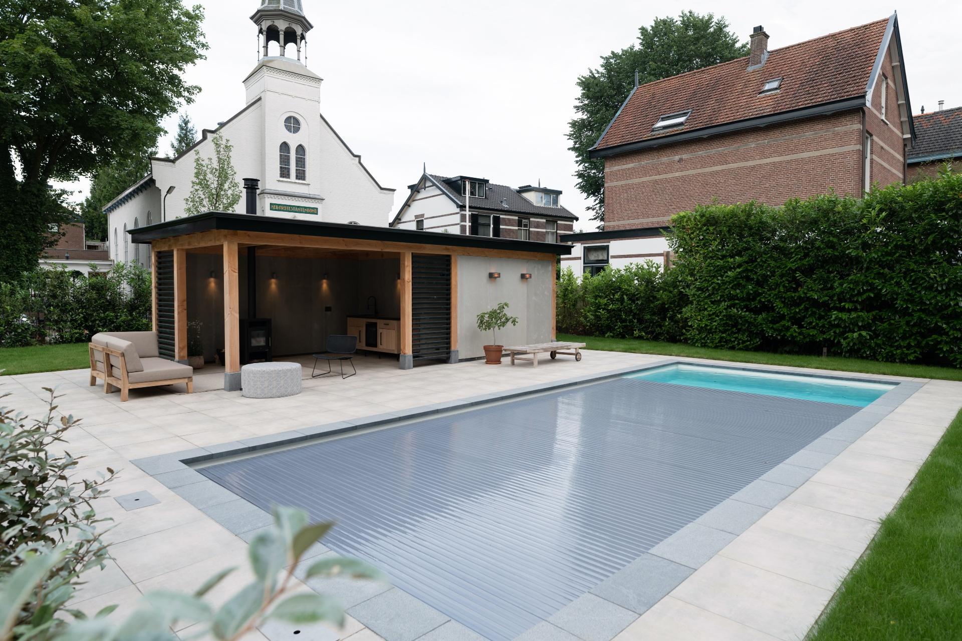 Tuin met zwembad Starline met roldeck en poolhouse