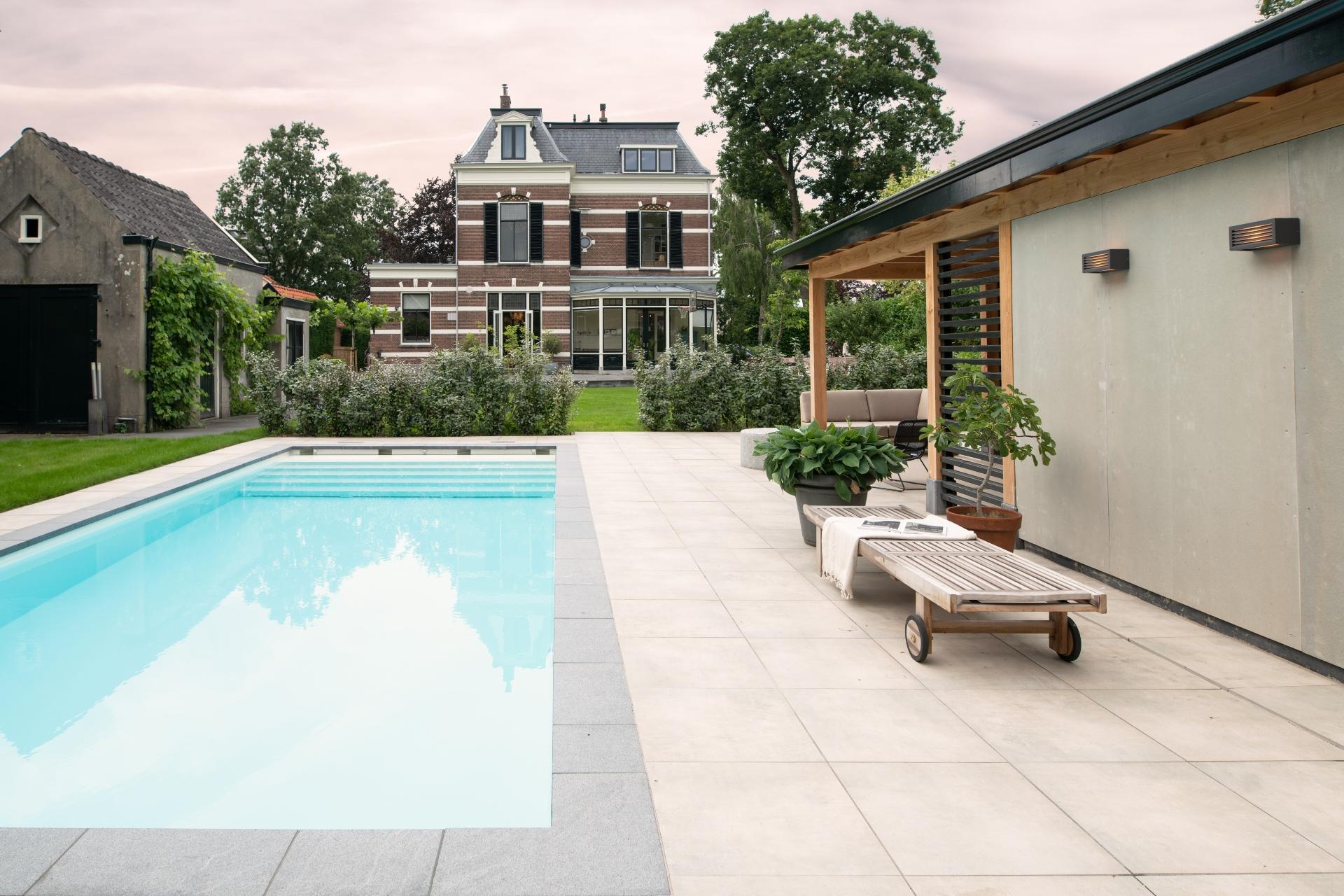 Grote tuin met zwembad Starline 10 meter lang en poolhouse
