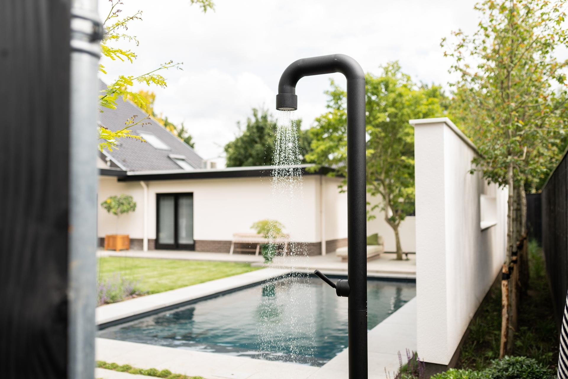 JEE-O buitendouche bij zwembad in de kleur zwart mat
