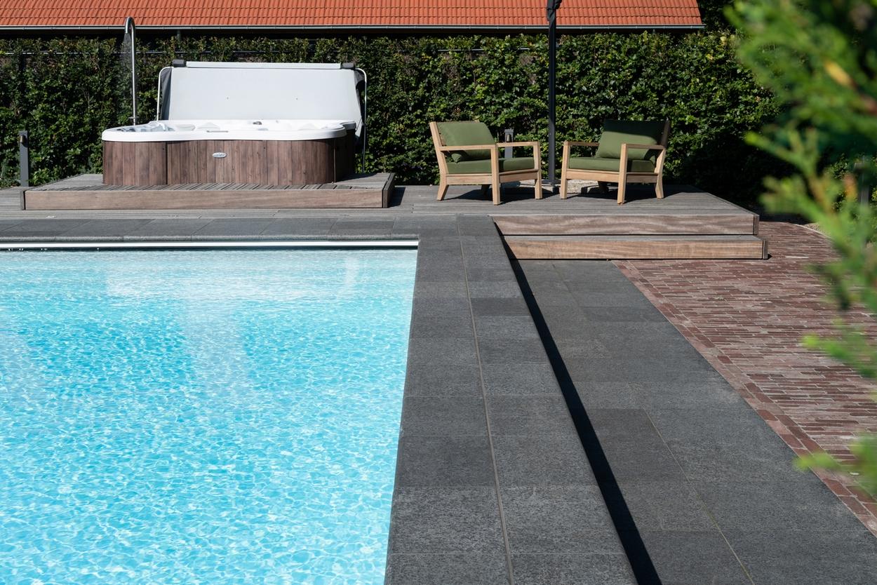 Buitenzwembad met een inlooptrap over de breedte van het zwembad