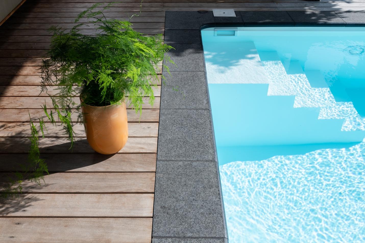 Inlooptrap in een inbouw zwembad