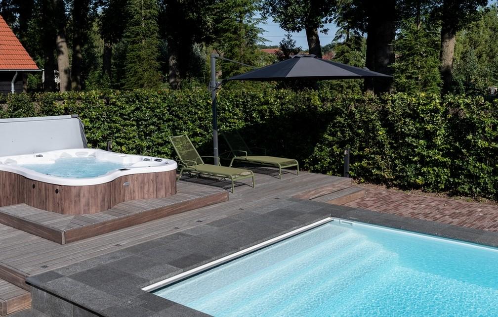 Maatwerk zwembad van 12 meter met jacuzzi