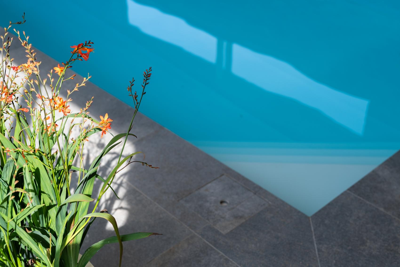 Maatwerk inlooptrap in de hoek in een Welson Pool