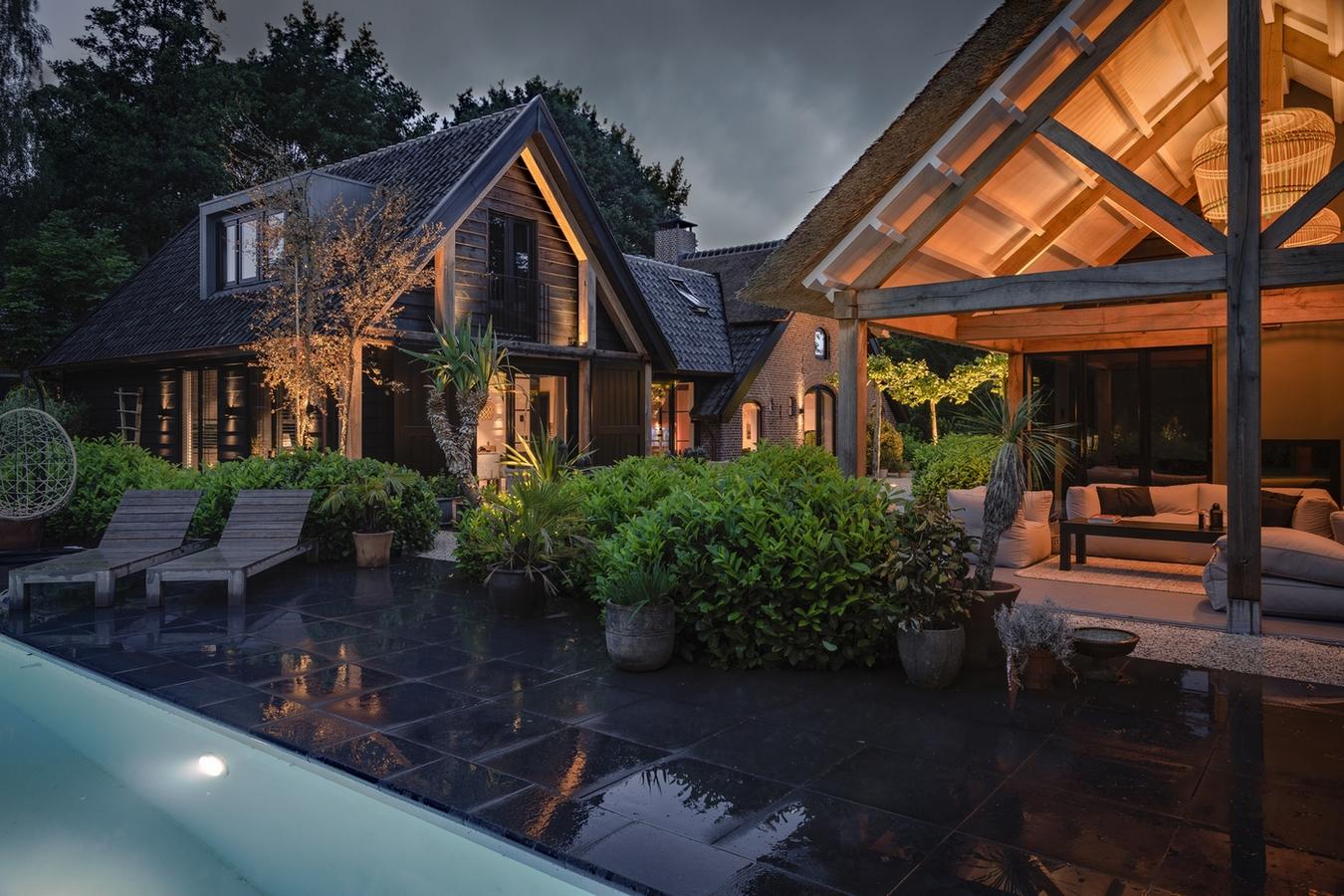 Welson maatwerk zwembad in verlichte tuin
