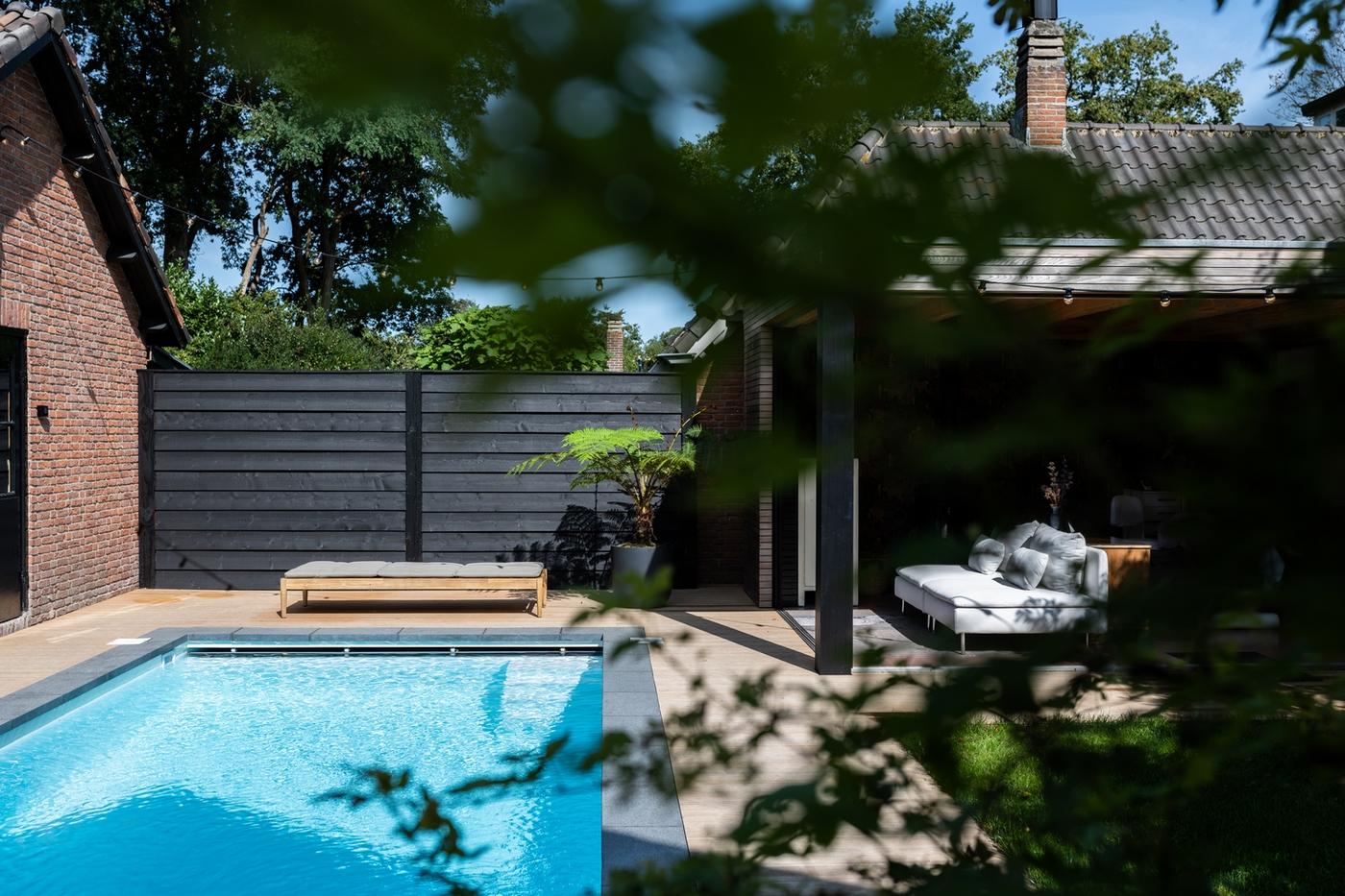 Inbouw zwembad in een mooie compacte tuin
