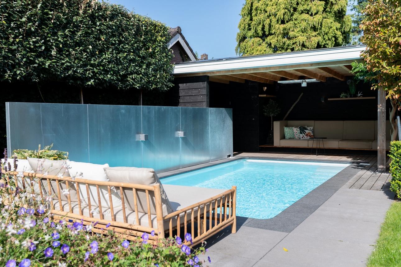 Maatwerk inbouw zwembad met een lounge bank