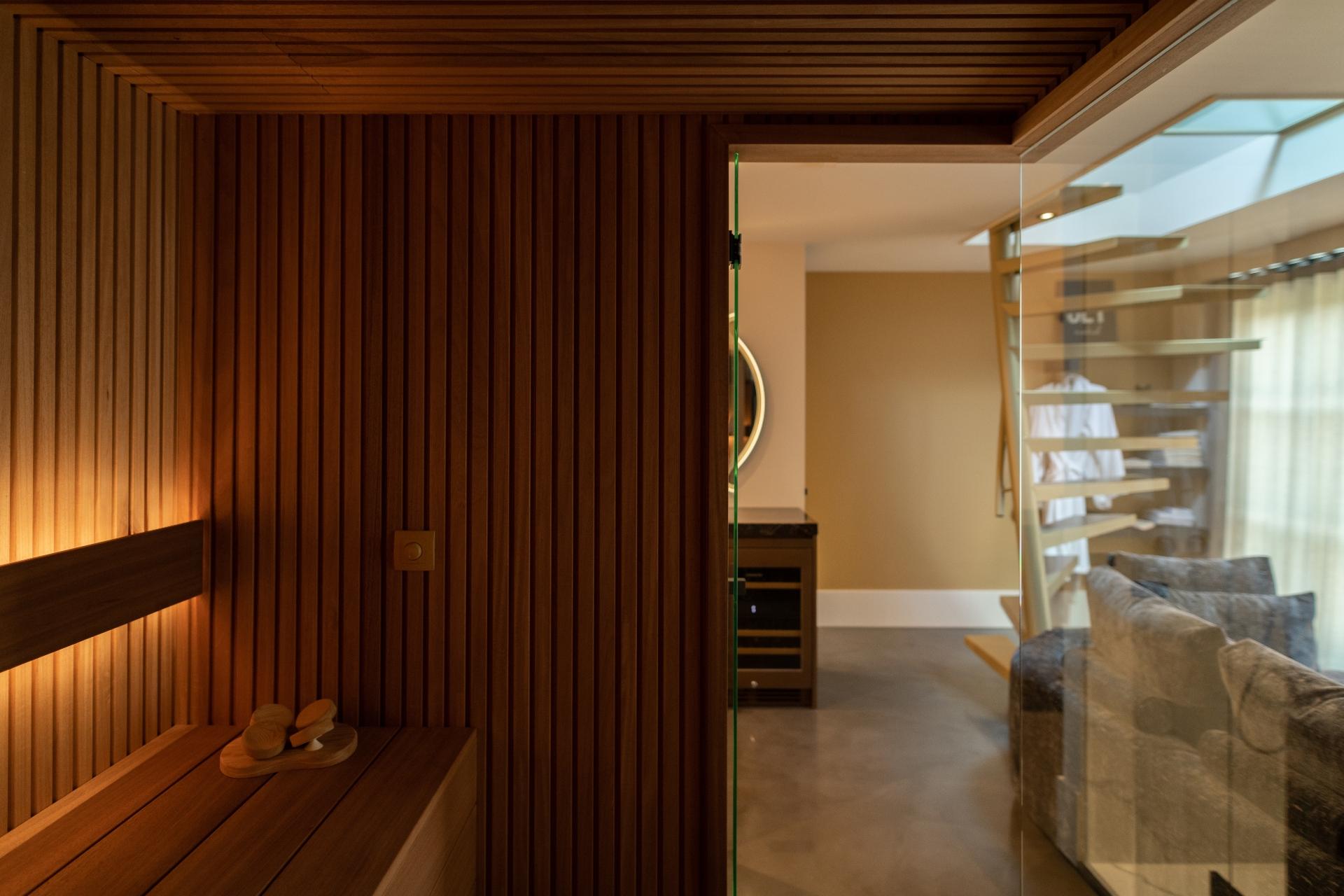 Sauna in wellnessruimte met rhombus profiel en glaswand
