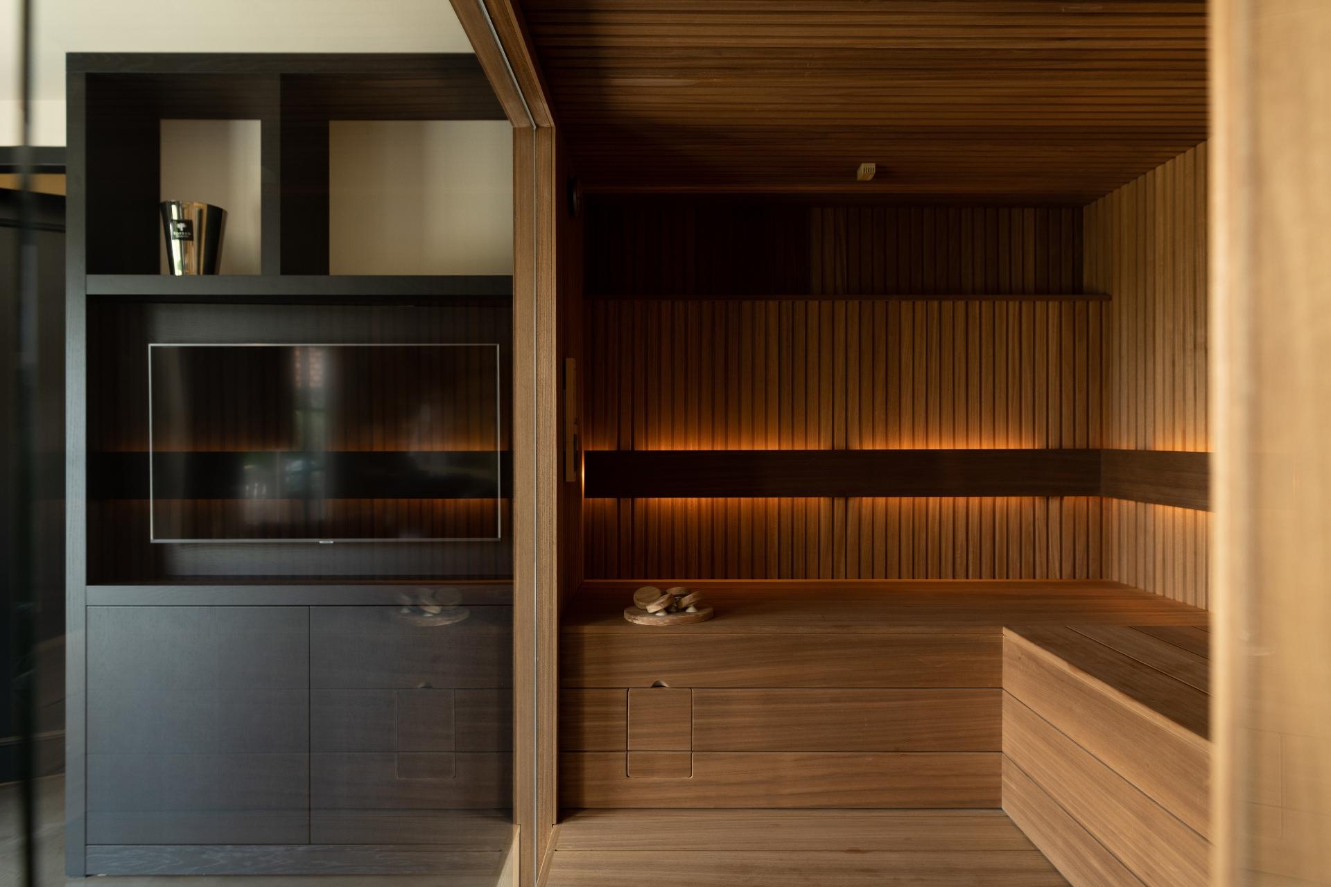 Sauna donker ayous hout met rhombus profiel en glaswand