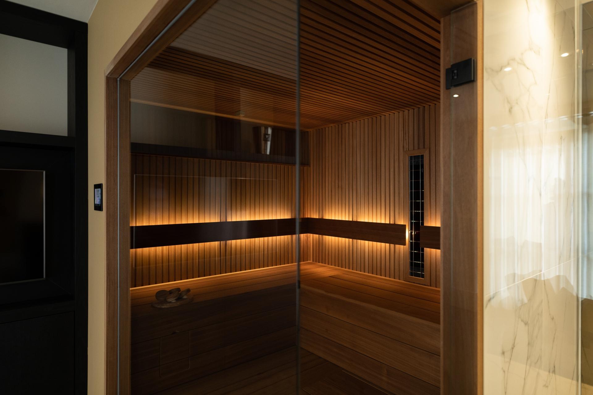 Sauna verlichting ayous hout met rhombus profiel en glaswand