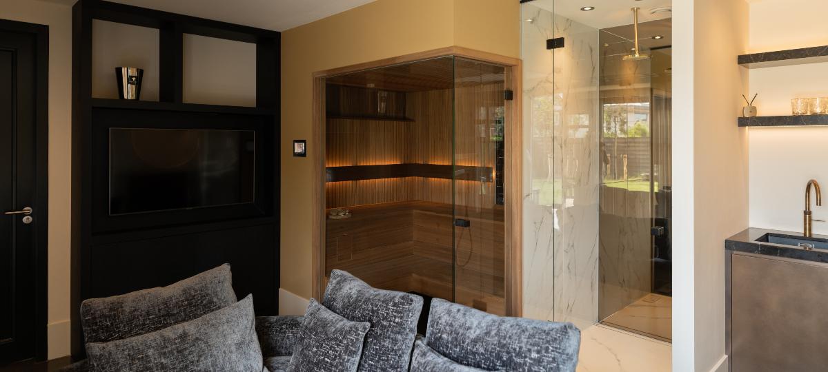 Sauna in wellnessruimte van ayous met rhombus profiel en glaswand
