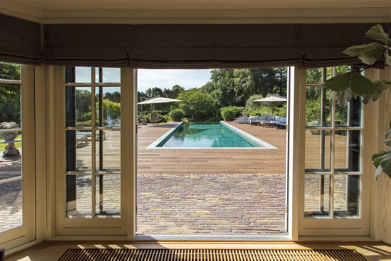 Uitzicht vanuit de villa op het zwembad