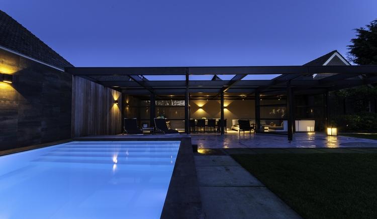 Maatwerk Welson pool in architectonische tuin