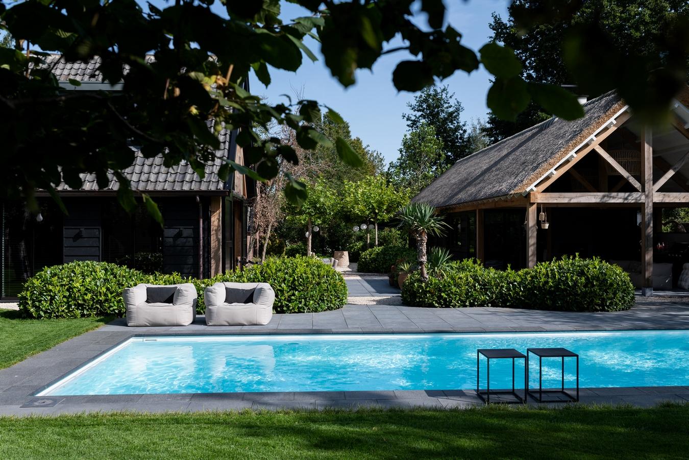 Maatwerk Welson zwembad in een strakke tuin