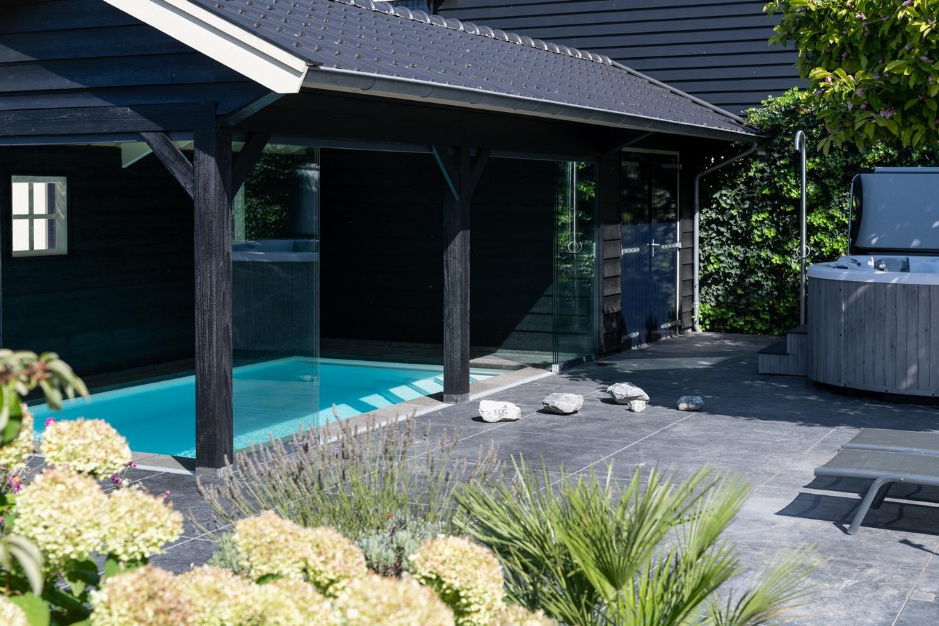 Welson maatwerk zwembad met een premium spa