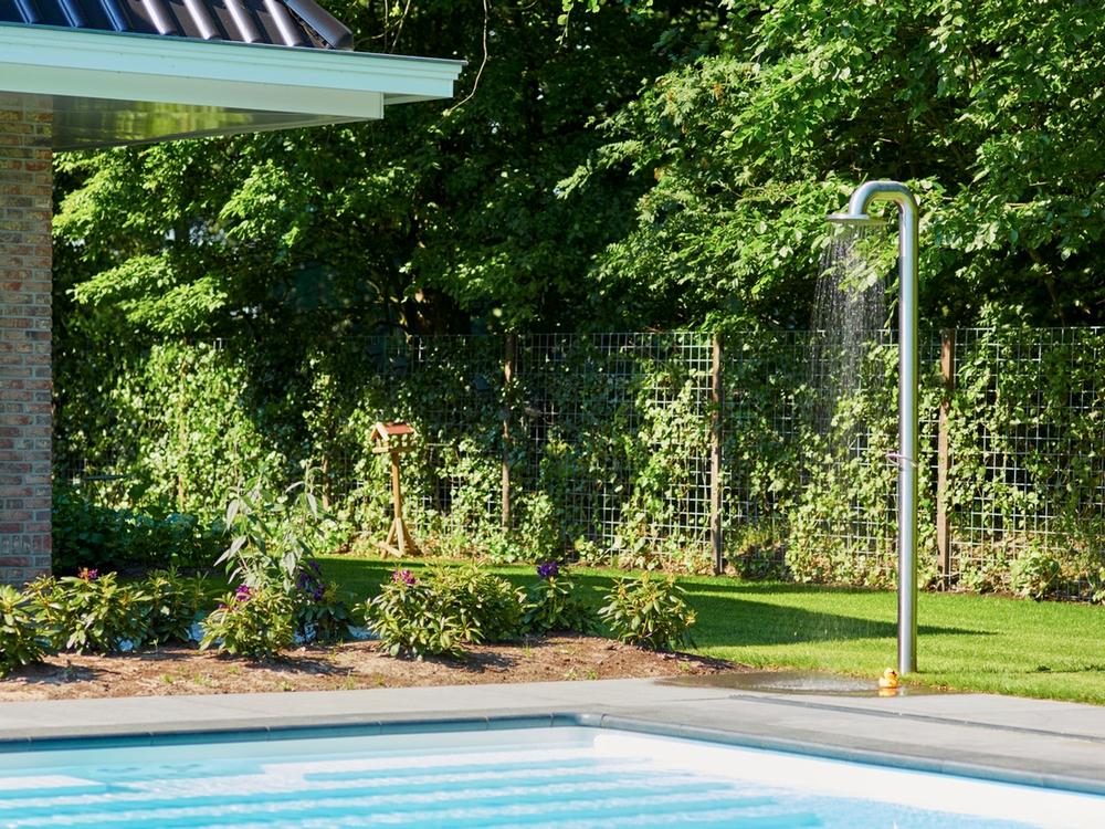 Maatwerk buitenzwembad met JEE-O buitendouche