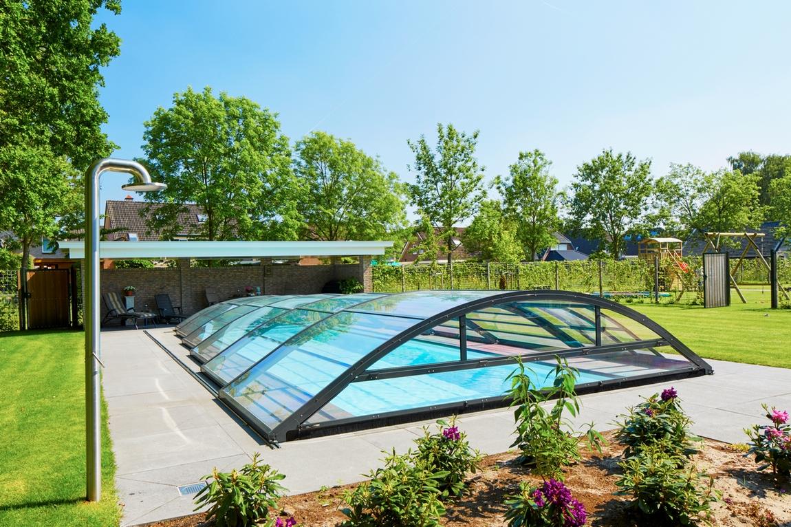Zwembad met dichte zwembadoverkapping en JEE-O douche